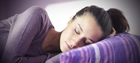 Dormir bem e por horas suficientes ajuda à recuperação muscular e prevenção de lesões.