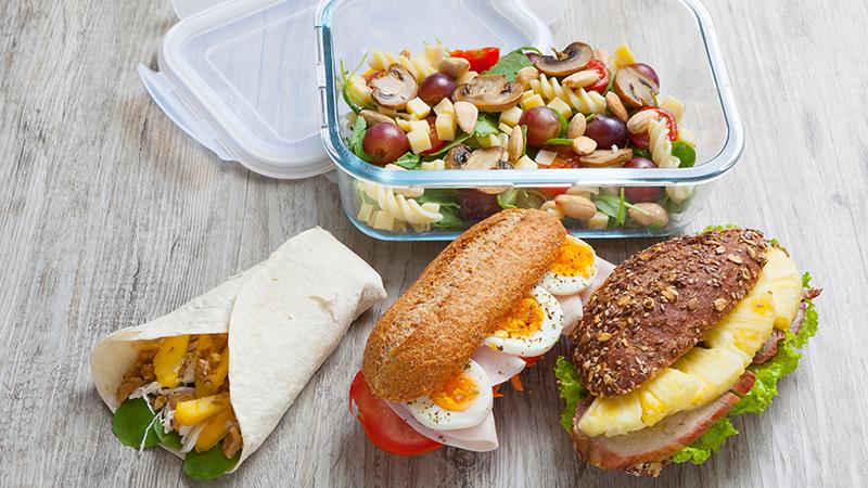 wraps, sandes e saladas para levar para a praia