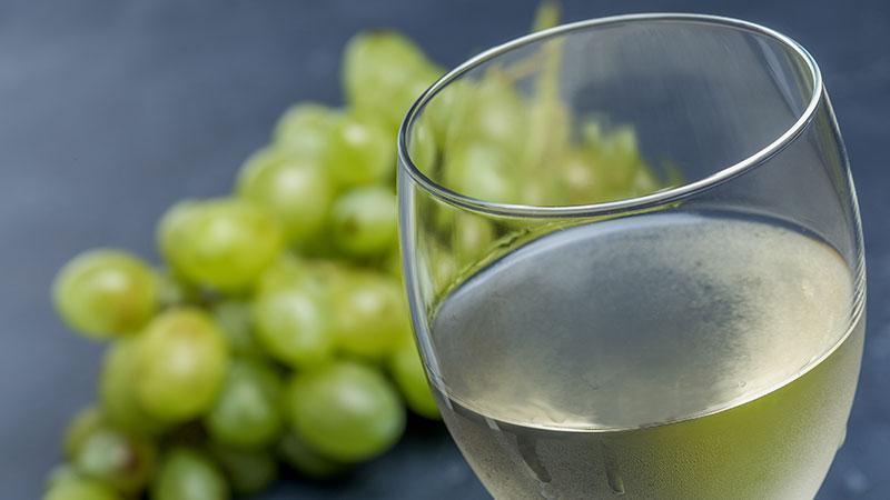 Casal brinda com 2 copos de vinho verde