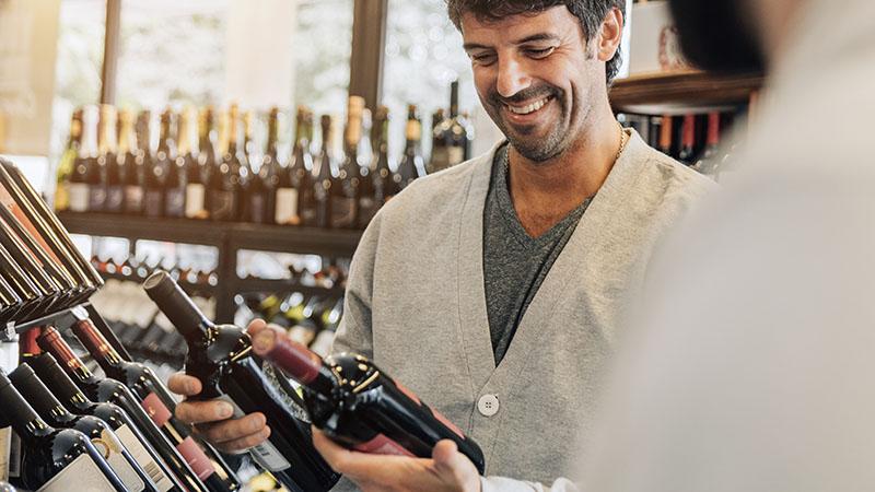 pessoa a escolher vinhos