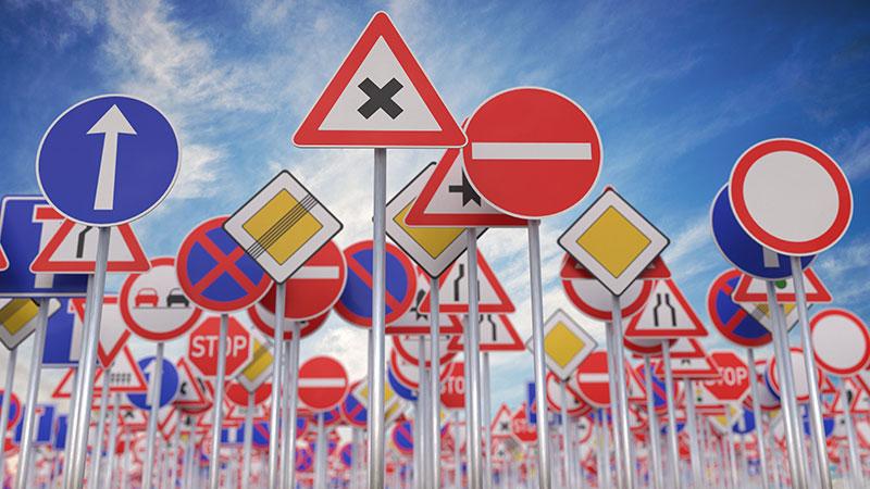Vários sinais de trânsito como sentido proibido, sentido único, proibido ultrapassar
