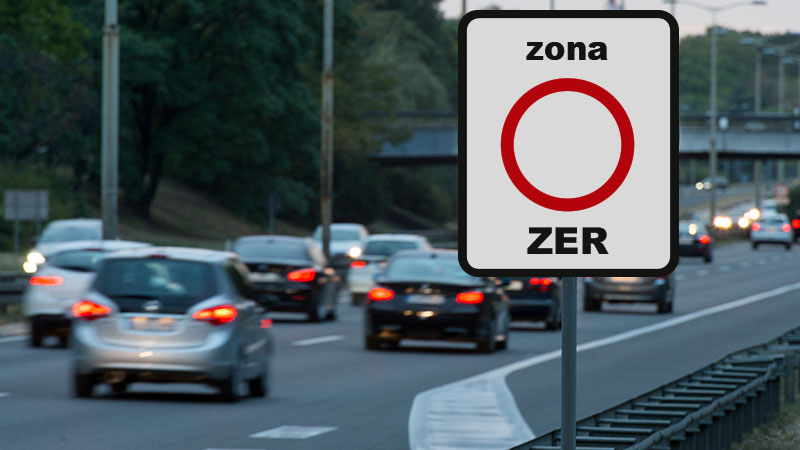 Novo sinal de trânsito zona ZER junto a auto-estrada com carros em circulação