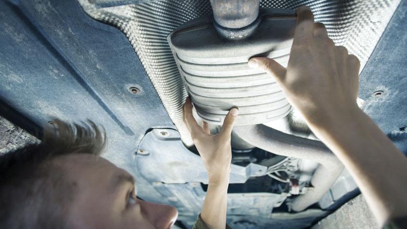 mecânico a inspecionar automóvel