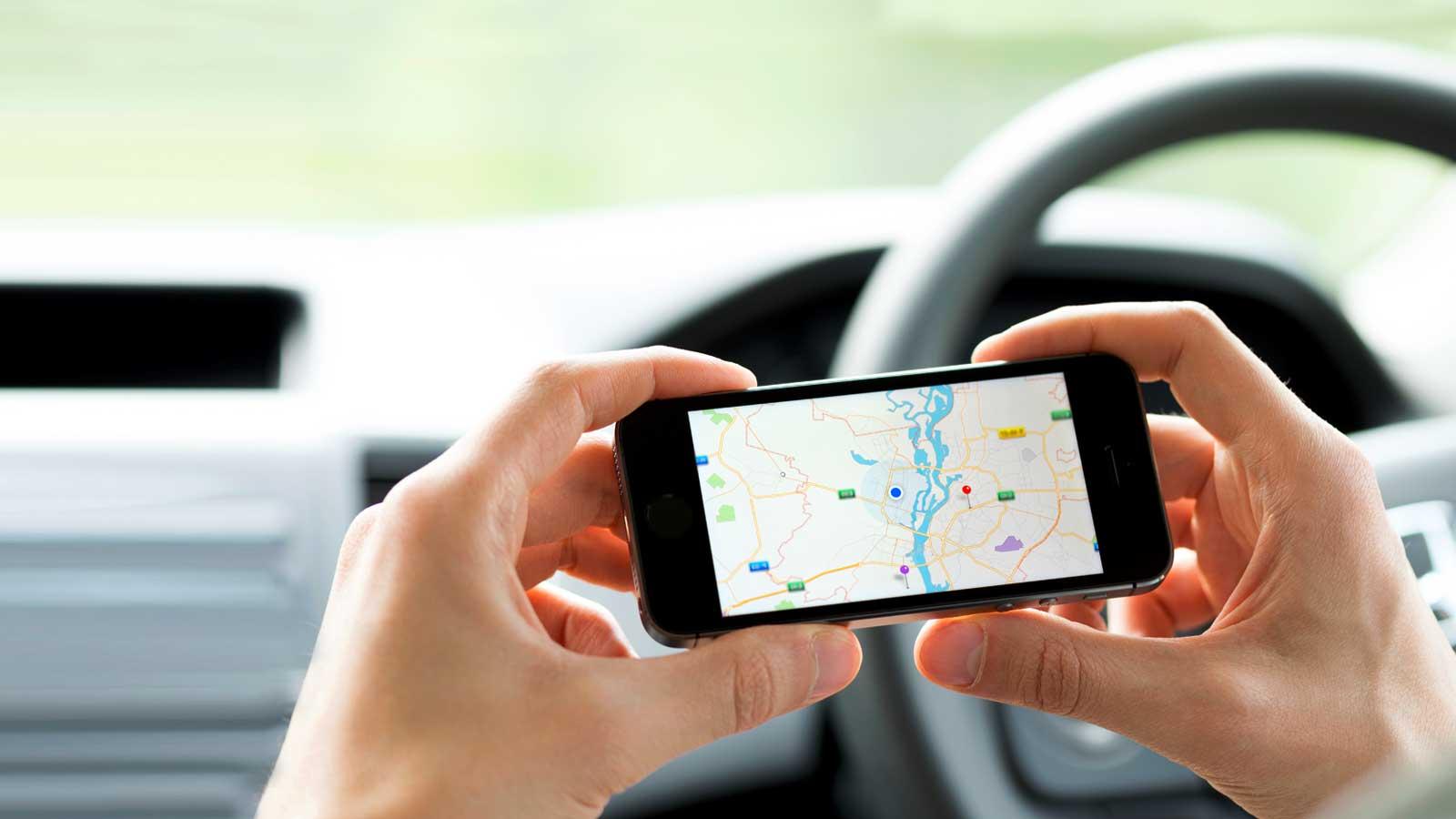 Pessoa a segurar telemóvel com app GPS