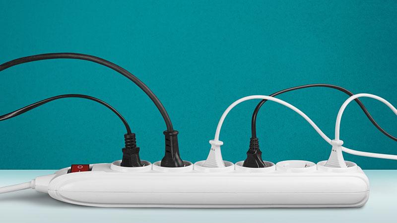 conjunto de tomadas ligadas a uma extensão elétrica