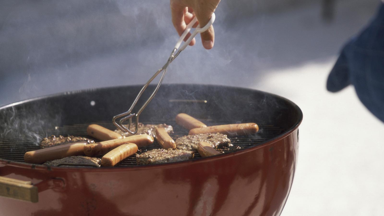 Saiba a que regras tem de obedecer e que precauções tomar para fazer um churrasco sem perturbar os seus vizinhos.