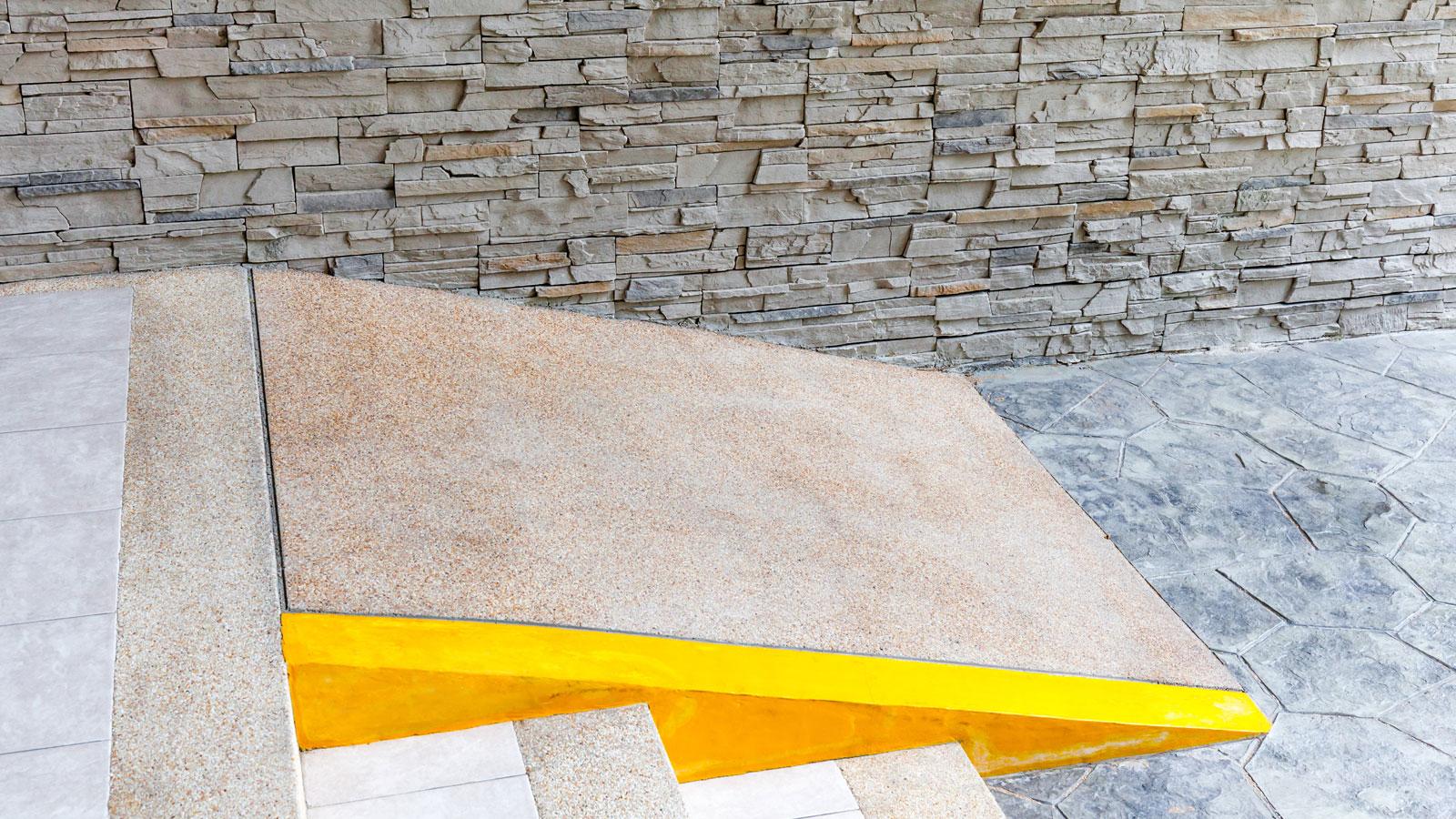 Prédios acessíveis: como pedir a construção de rampas e plataformas
