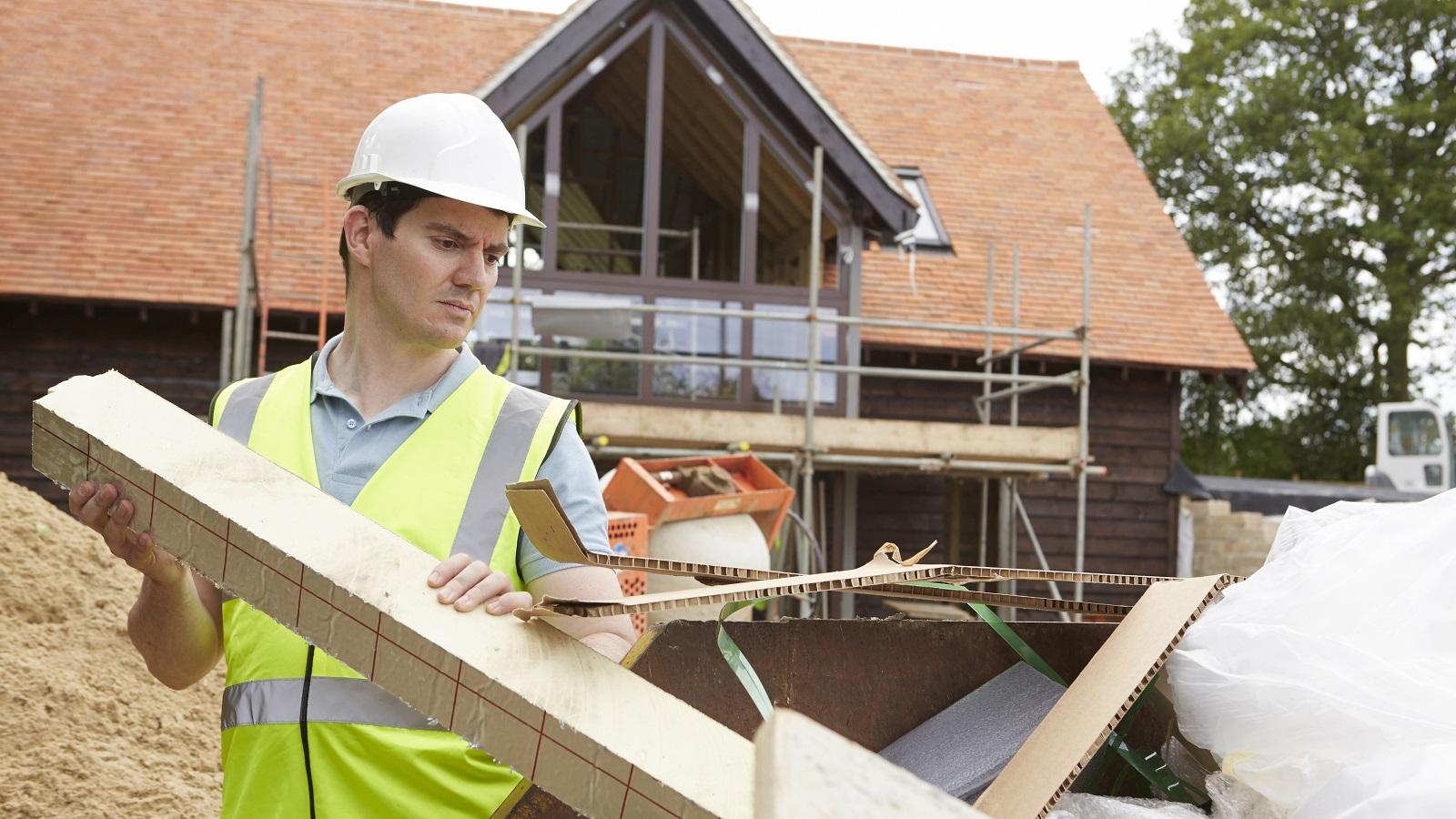 Entulho de obras não pode ser colocado em contentores ou terrenos baldios