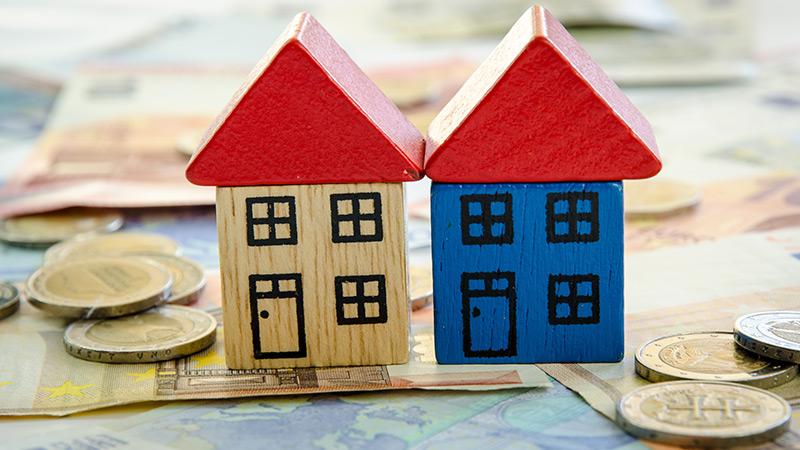 Peças de madeira a representar casas