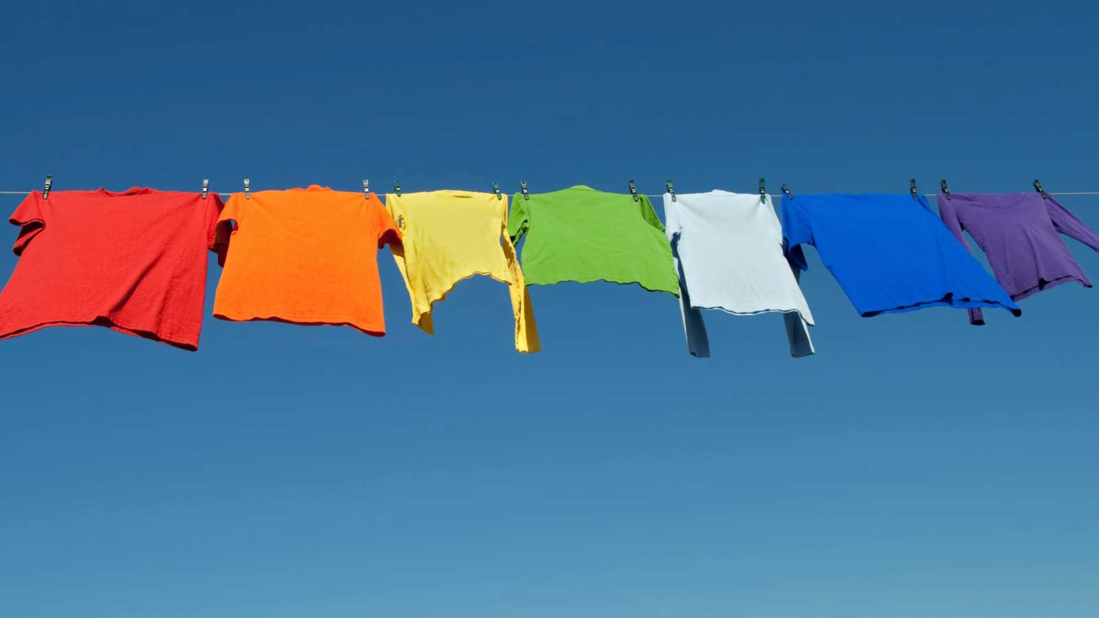 Roupa colorida a secar