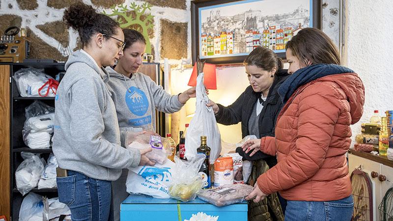 Doação de alimentos no Porto.