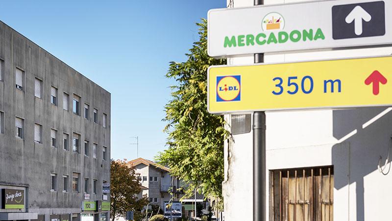 sinais de supermercados Mercadona e Lidl na mesma rua