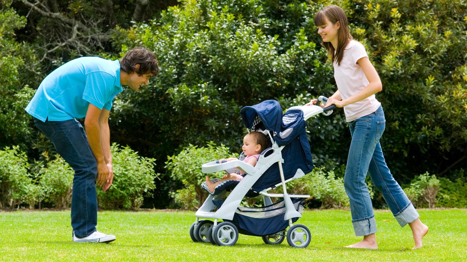 Casal com bebé em carrinho de passeio