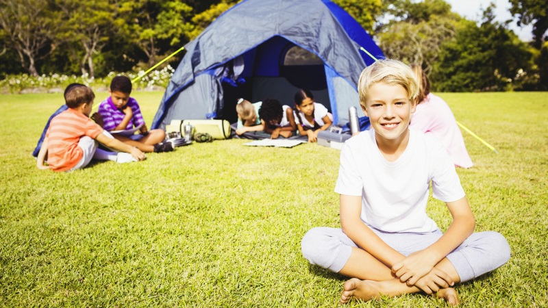 crianças a acampar num jardim