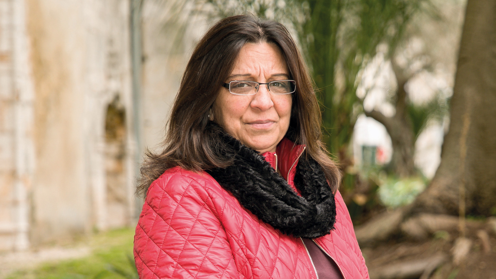 A nossa associada Gracinda Filipe pousa para a foto, após apresentar à DECO uma reclamação contra faturas prescritas da Galp.