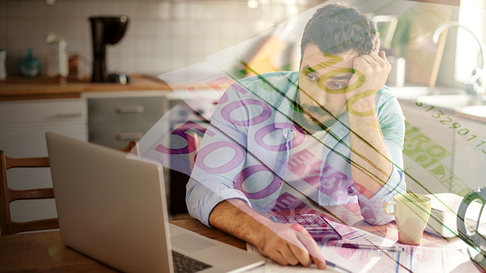 Homem com computador e faturas a fazer contas à despesa