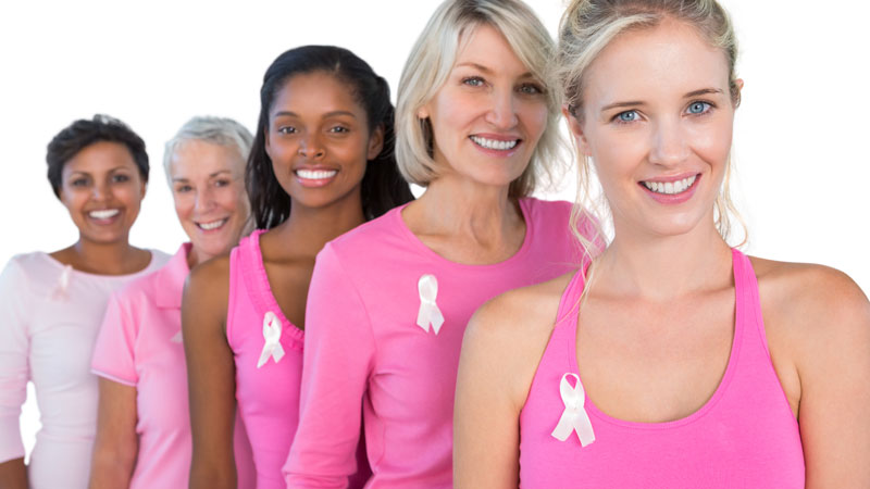 Mulheres com t-shirt de apoio contra o cancro da mama