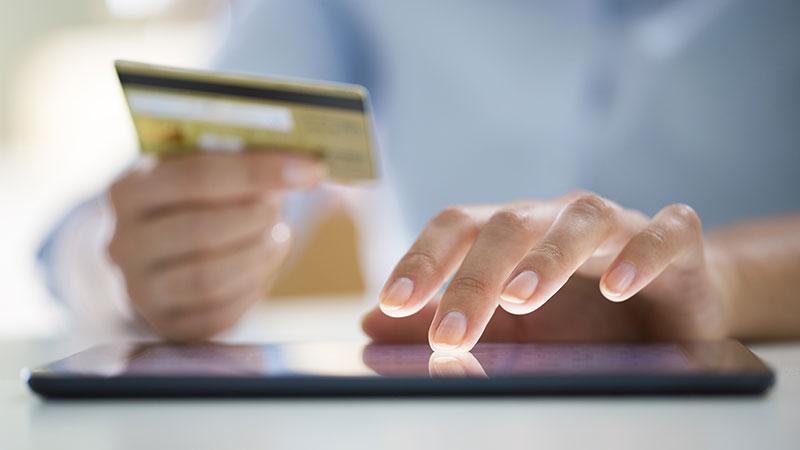 Pessoa a pagar compras online com cartão de crédito